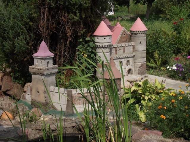 Декоративный замок в саду