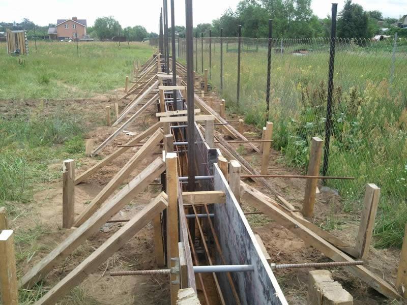 Так как бут является тяжелым материалом, необходимо армировать фундамент под забор.
