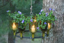 Светильники из стеклянных бутылок в саду