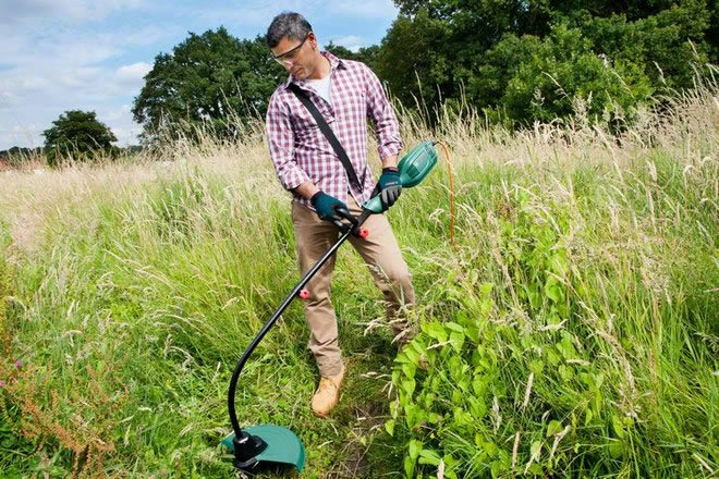 Кошение травы мотокосой