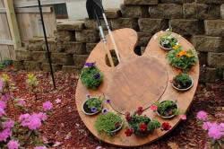 Декоративная подставка под садовые принадлежности