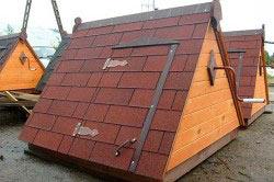 Лучшие решение это крыша для колодца, которая не станет препятствием при наборе воды и укроет саму воду от попадания мусора.