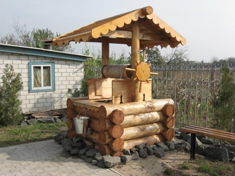 Колодец на дачном участке в основном необходим для полива огорода и для питья. Однако если не соблюдать требования по строительству колодца, вода в нем будет некачественной.