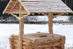 Деревянный домик не только украшает садовый участок, но не дает замерзать воде в колодце или попадать в нее мусору.