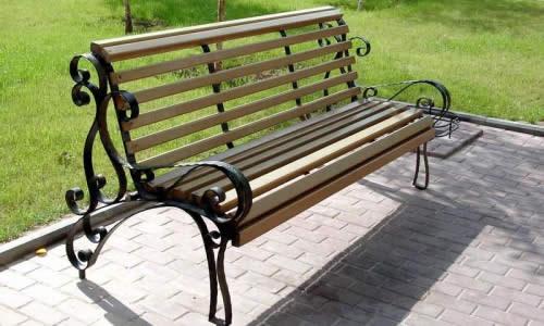 Садовая скамейка с каркасом из металла