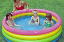 Надувной бассейн перед зимой необходимо вымыть, высушить и упаковать.