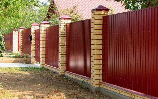 Забор из профиля и кирпича