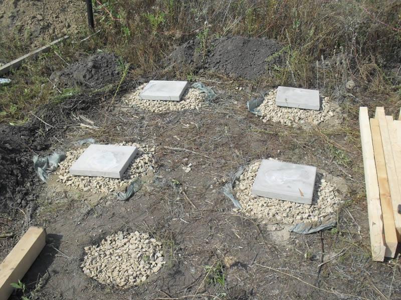 Для туалета обычно строят столбчатый фундамент.