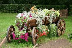 Телега используется как аксессуар деревенской усадьбы