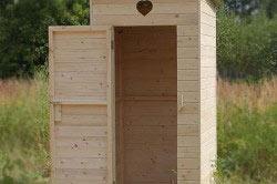 Деревянный туалет в саду