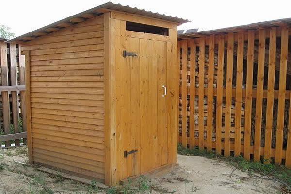 Туалет является одной из важных построек на приусадебном участке. Его можно построить из кирпича, дерева и других материалов на выбор.