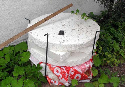 Правильно и качественно утепленны колодец позволит получать свежую воду круглый год.