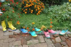 Если галоши прохудились и уже негодны к носке, то можно их красиво раскрасить, насыпать внутрь земли и посадить цветы.