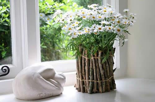 Для украшения сада, в частности изготовления кашпо, может пригодиться что угодно: старые бабушкины галоши, ведра, остатки монтажной пены, проволока и даже гипс.