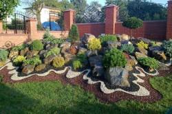 Украшение лужайки перед домом камнем