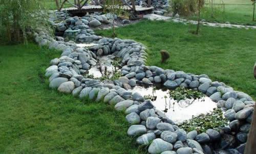 Искусственный ручей в саду