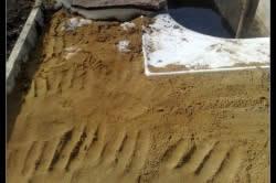 Песчаная площадка вокруг пруда