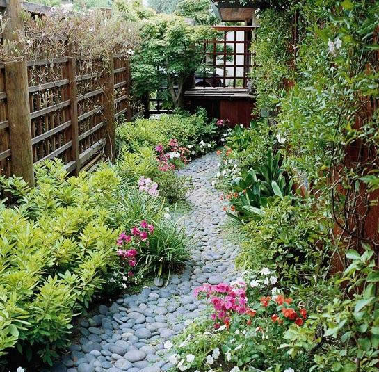"""В садах в восточном стиле создают """"гравийные реки""""."""