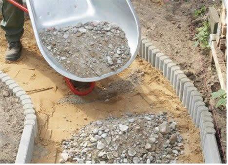 На подготовленную поверхность необходимо высыпать гравий толстым ровным слоем.