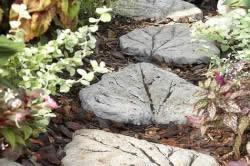 Дорожка из плитки в форме листов
