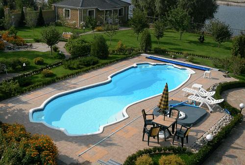 Бассейн на дачном участке несомненно является роскошью. Если изучить инструкцию по строительству, можно своими руками соорудить бассейн.