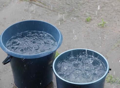 Загрязненный слой в бассейне также можно удалить при помощи ведра.