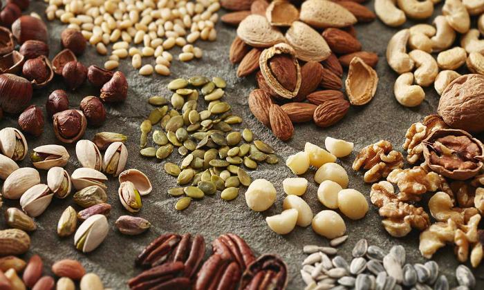 Орехи или семена подсолнуха, тыквы — только не жареные и тем более не соленые входят в состав эко-кормушек