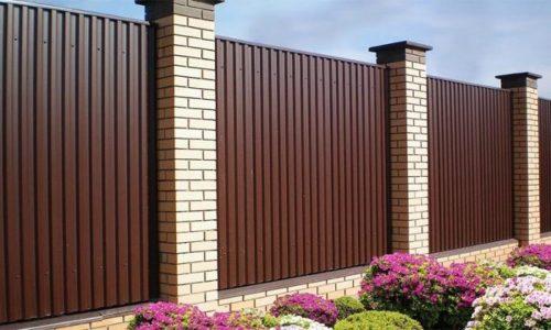 Способ закрыться от посторонних - поставить забор из металлопрофиля. Профнастил - прочный материал, устойчив к деформации и хорошо выглядит