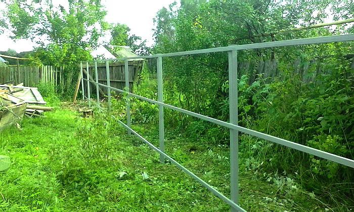 Для установки забора из профнастила нужно установить опорные столбы, поперечные лаги и прикрепить листы металлопрофиля