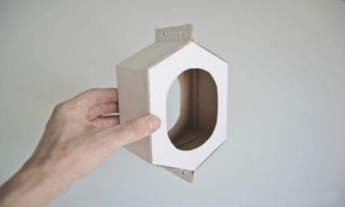 Строго говоря, для этой кормушки подойдет любая картонная коробка, в которой можно проделать с двух сторон отверстия