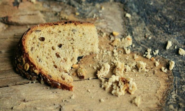 Хлебные крошки (исключая ржаной хлеб) так же включают в состав эко-кормушки